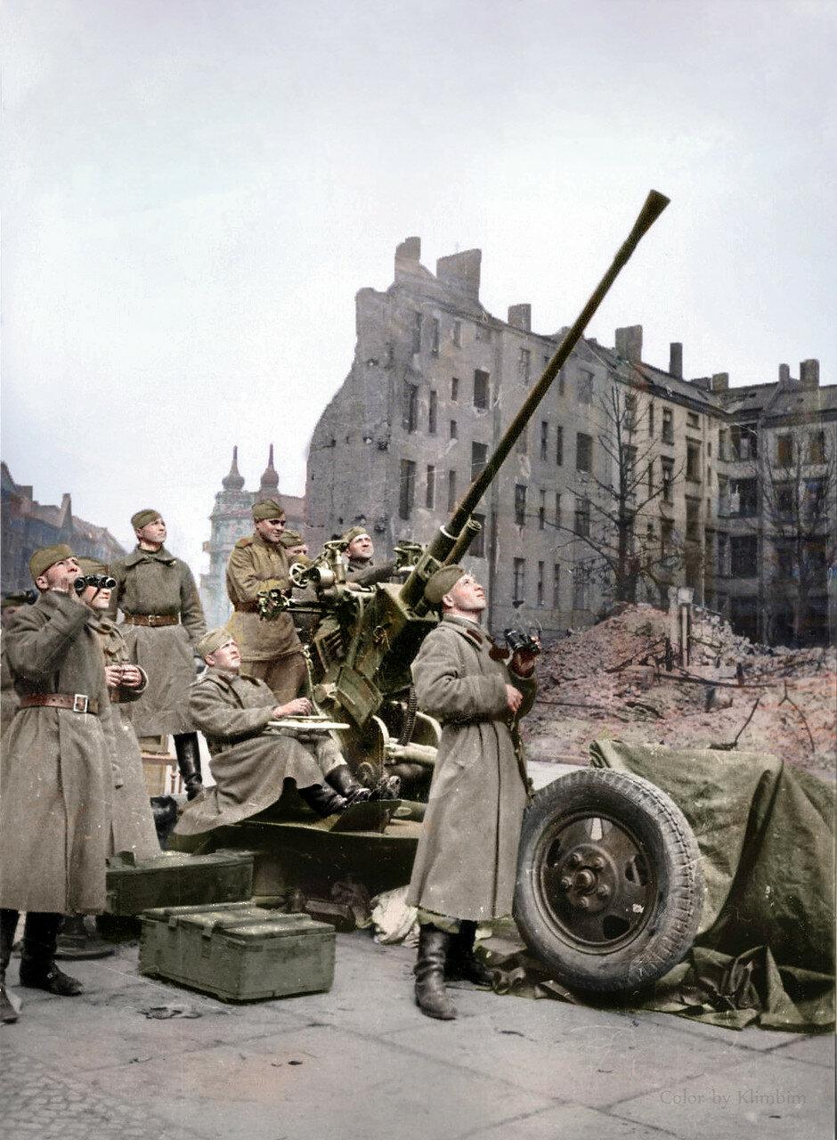 Расчет советской 37-мм автоматической зенитной пушки образца 1939 года (61-К) ведет наблюдение за воздушной обстановкой в Берлине.jpg