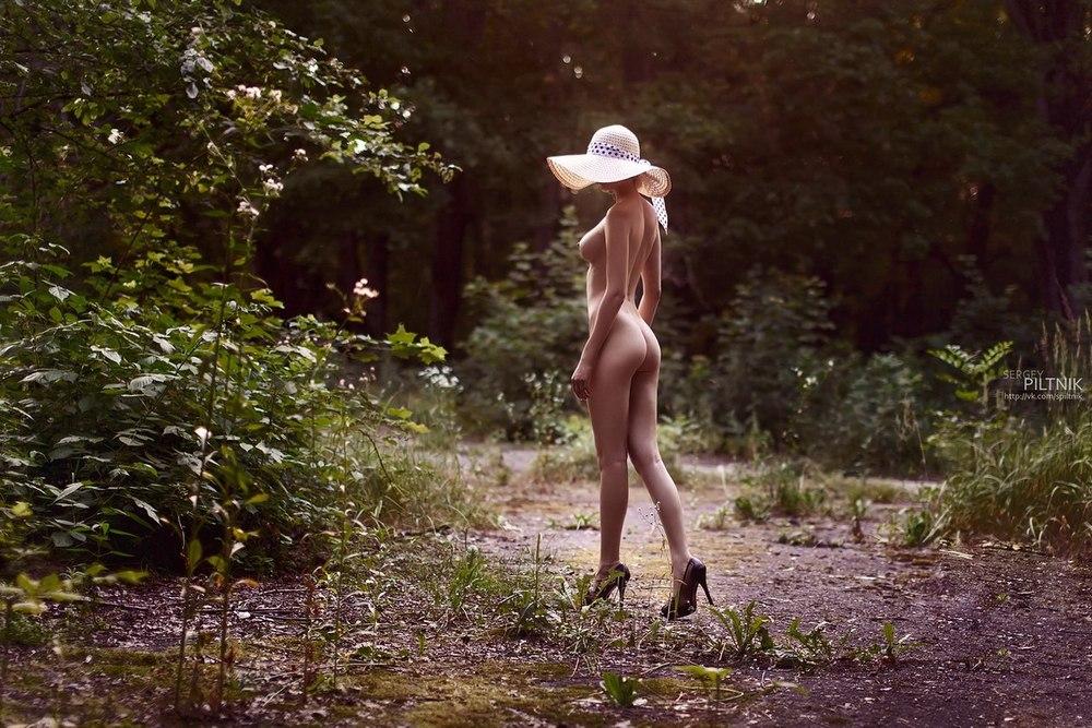 фото голая в шляпе