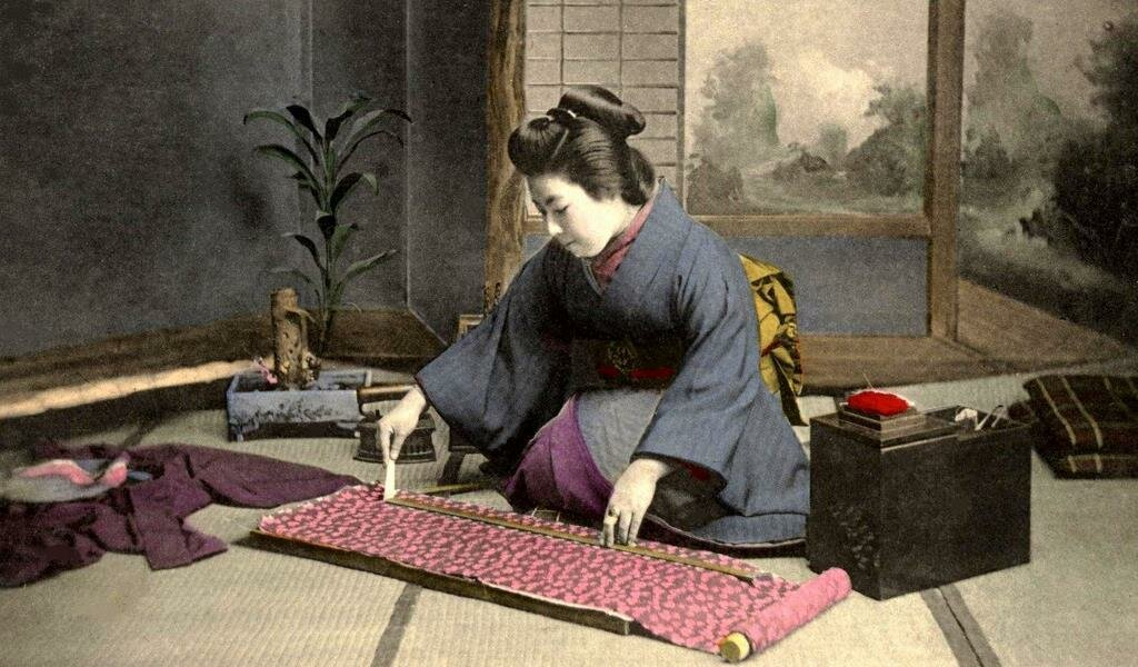 Гейша за шитьем