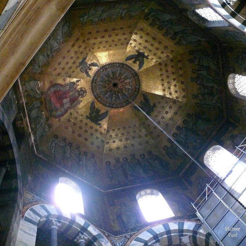 Дворцовая императорская капелла (Pfalzkapelle) построенная около 796 по инициативе Карла Великого Одоном Мецским в византийском стиле является ядром собора. Она имеет высоту 31 м, а в разрезе 32 м, по форме же представляюет собой восьмигранный купол, ок