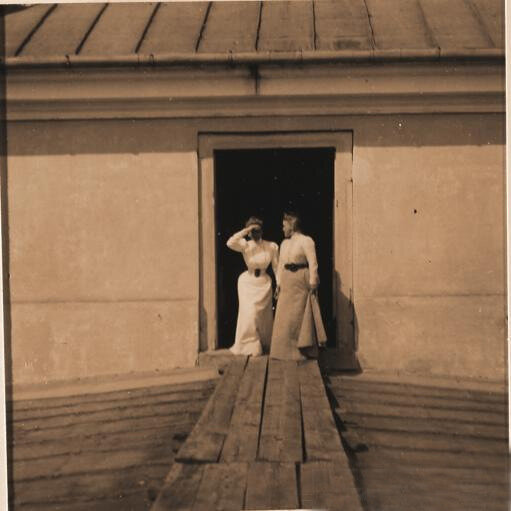 Княгиня Зинаида Николаевна Юсупова с гостьей на крыше дворца в
