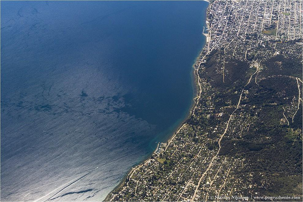12. Береговую линию города Сан-Карлос де Барилоче легко принять за морскую, но на самом деле город с