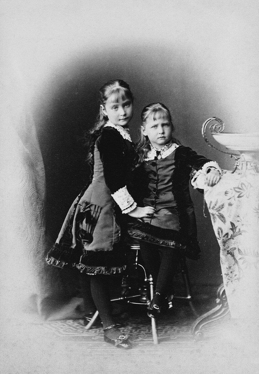 1878. Принцессы Алиса, будущая императрица Александра Фёдоровна и Мария Гессенская