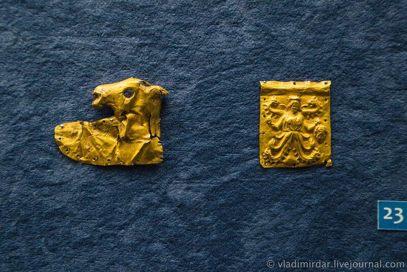 Бляхи с изображением протомы лошади и змееногой богини. Золото. IV в до н.э. Станица Ивановская, 1967.