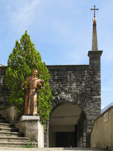 У церкви Мадонны-дель-Сассо