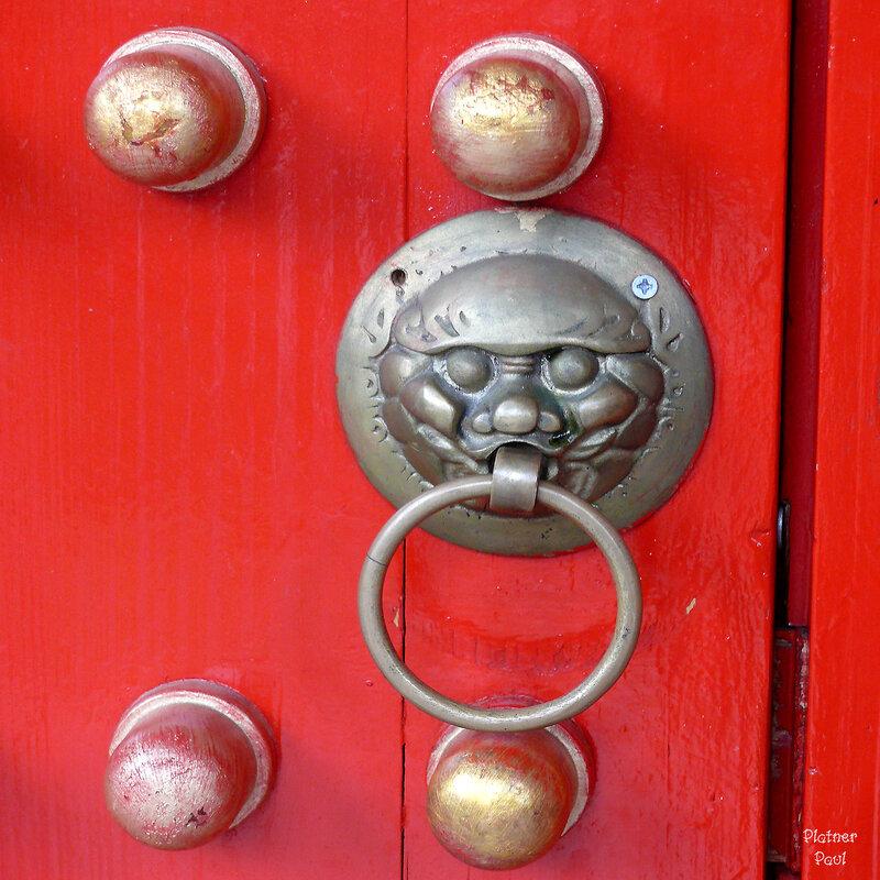 """одна из дверей в китайском квартале """"Фантазия Ланд"""" в Брюлле."""