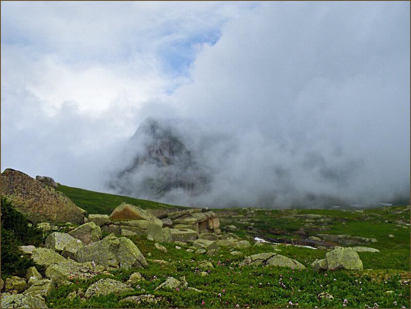 Спящий Саян укрывается облаком