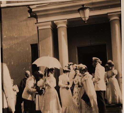 Гости семьи князей Юсуповых у дома в имении