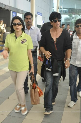 129943-shahrukh-khan-and-juhi-chawla-arrive-from-kolkata-after-kkr-win.jpg