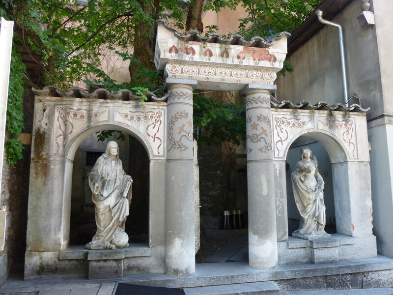 Статуи во дворе бывшего тевтонского монастыря