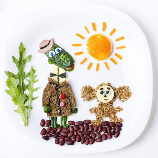 Чебурашка— изгречневой каши исыра, солнце— изяичницы, Крокодил Гена приготовлен изхлеба, сыра