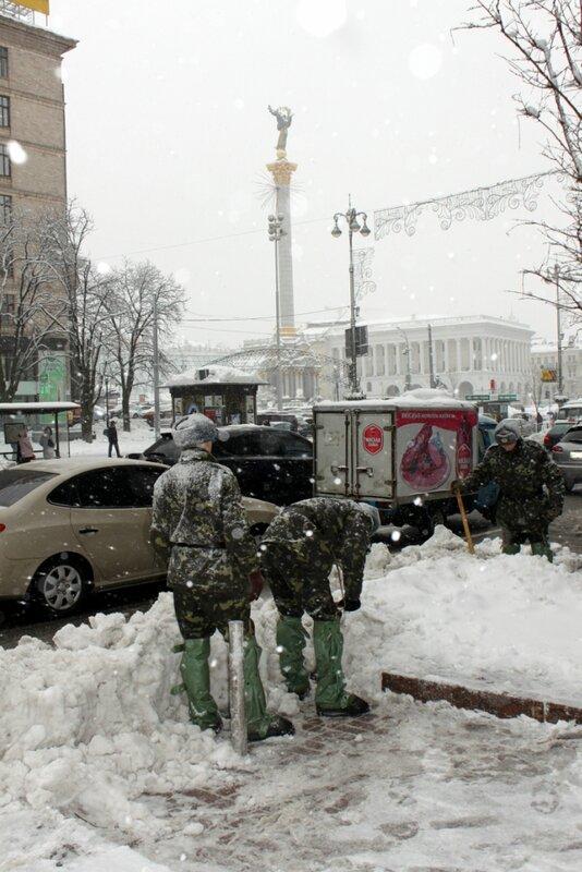 Солдаты чистят снег на Крещатике
