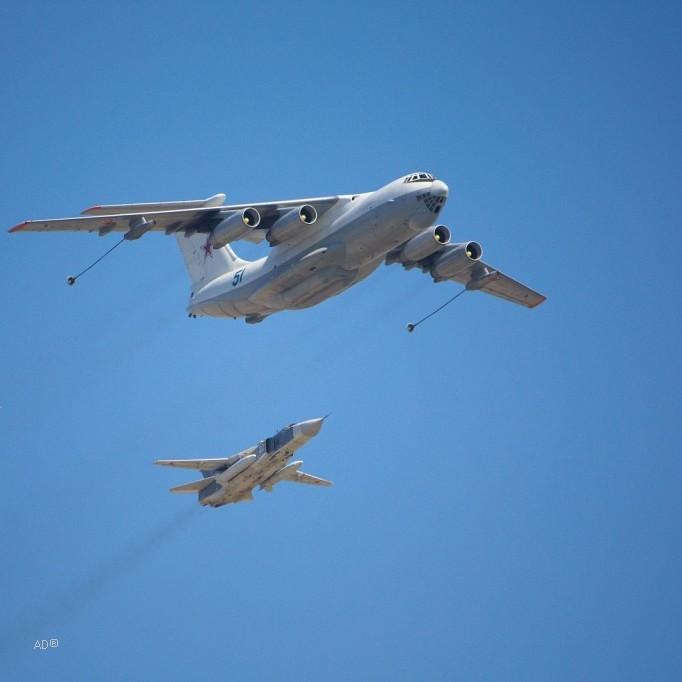 Ил-78 и Су-24 (имитация дозаправки)