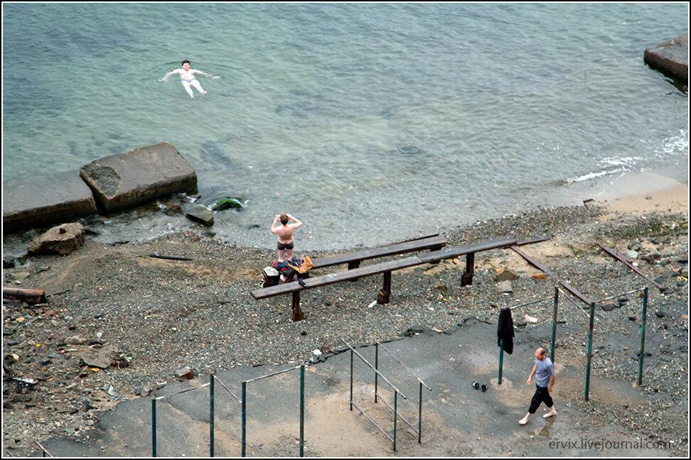И даже формально городской пляж отсюда недалеко совсем. Правда, по осени купаться желающих уже совсем немного.