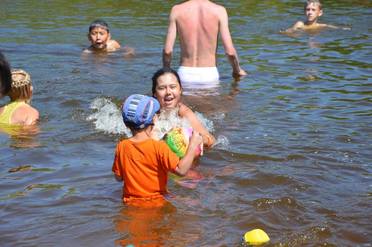 Дети купаются вреке наАркаиме
