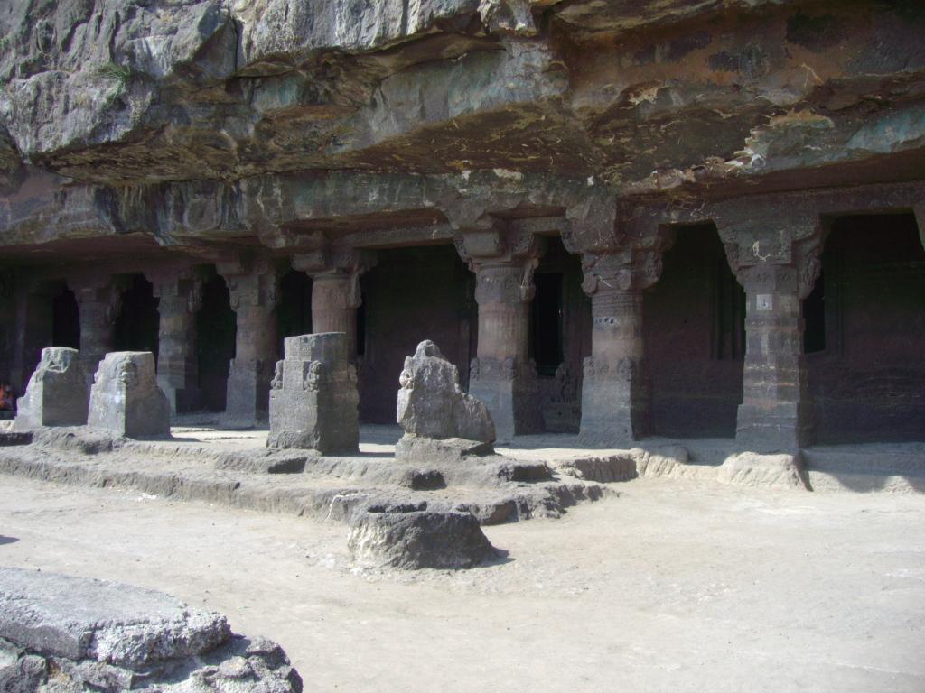 Официальная информация Пещеры Аурангабада (хинди औरंगाबाद गुफाएं араб. اورانجاباد الكهوف) — три сравнительно небольших комплекса буддийских пещерных храмов на север от города Аурангабад, районного центра в штате Махараштра в Индии.  Это примерно девять пещер, которые делят на западные и восточные. Почти все они были построены в VI—VIII веках в правление династий Вакатака и Чалукья.