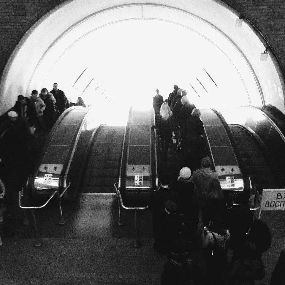 толпа на эскалаторе метро