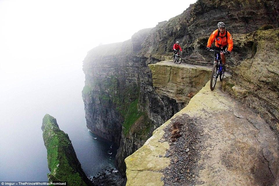 Норвежский экстремал Eskil Ronningsbakken балансирует на краю обрыва на моноцикле.