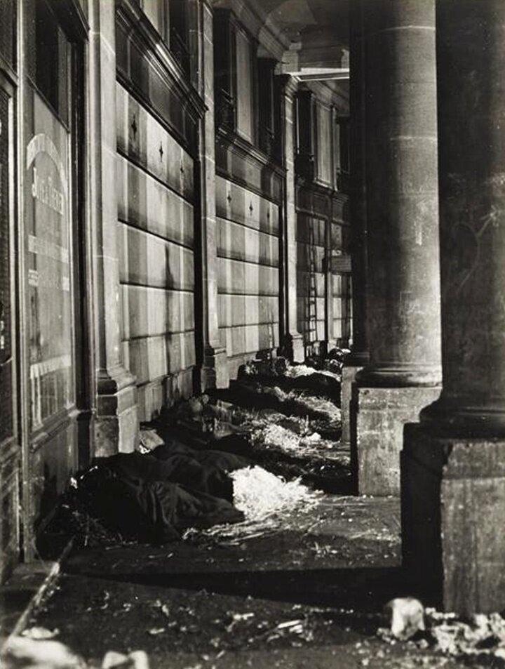 1932.  Клошары у здания Биржи