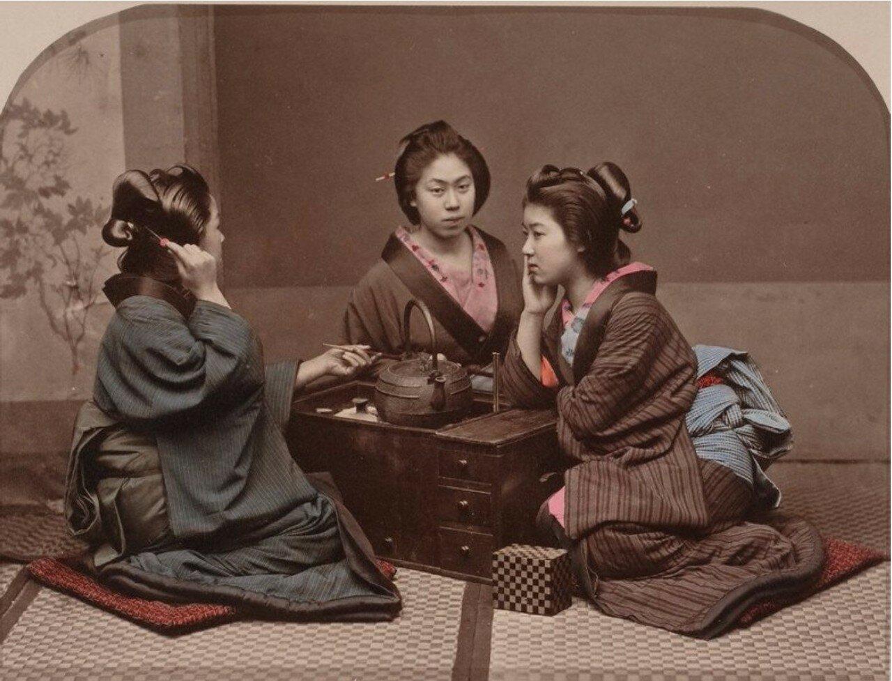 Три гейши сидят за столом возле чайника, ок 1880