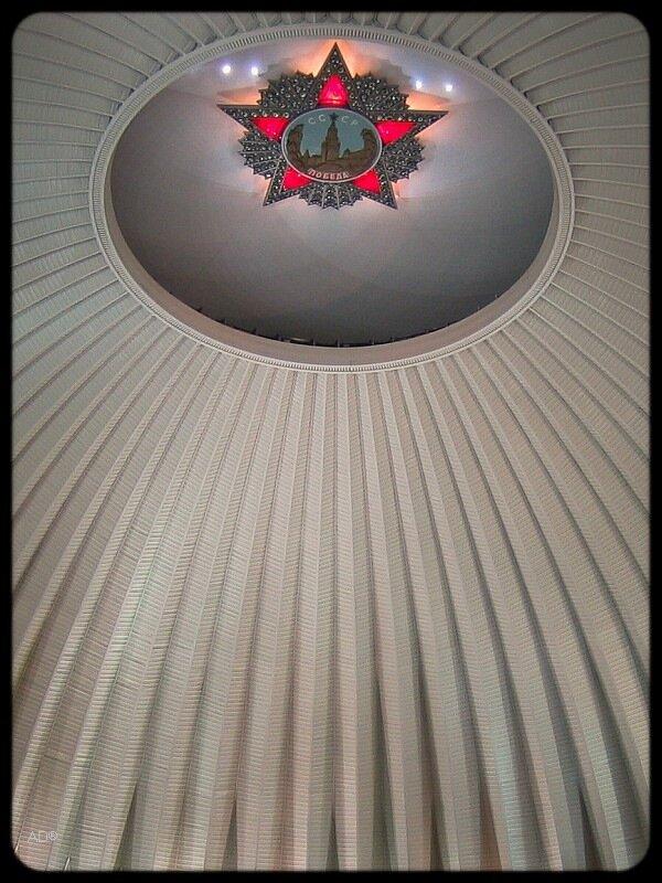 под куполом Зала Славы Музея Великой Отечественной Войны на Поклонной горе