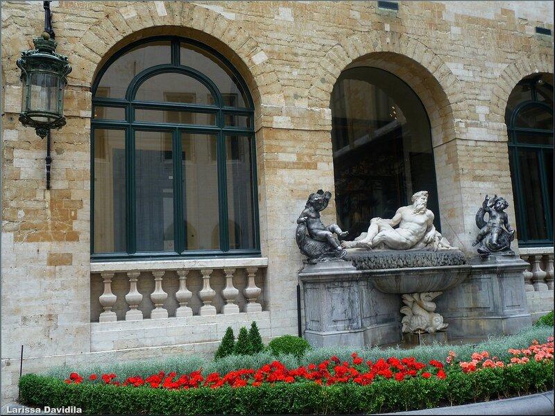 В дворике Дома Короля.