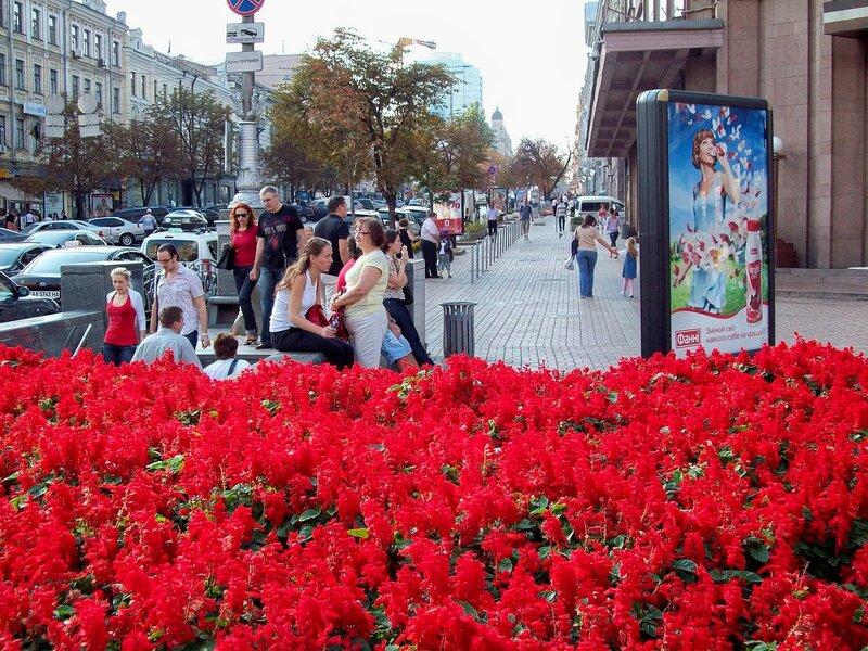 Цветочная клумба перед главным входом в ЦУМ