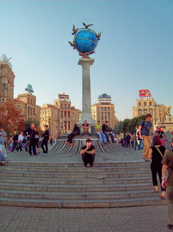 Географический знак Глобус на Майдане Незалежности