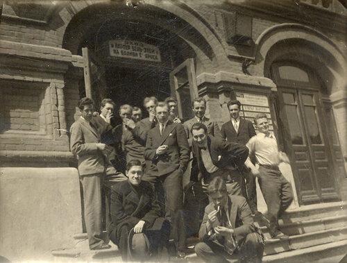 У входа в театр Корша. На ступенях сидит Г.Конский (слева), рядом с ним М.Булгаков (справа)