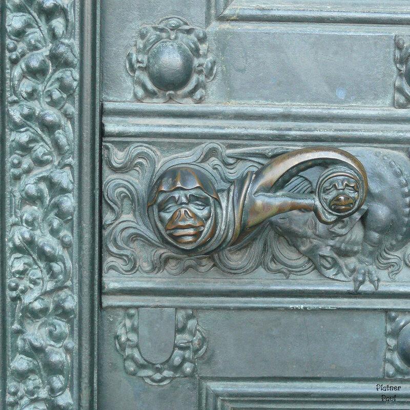 вот ткую ручку я приметил в боковой двери  Кёльнского собора
