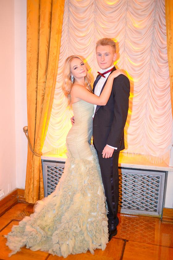 Счастливая Елизавета Пескова с женихом - 17-летним Юрием Мещеряковым
