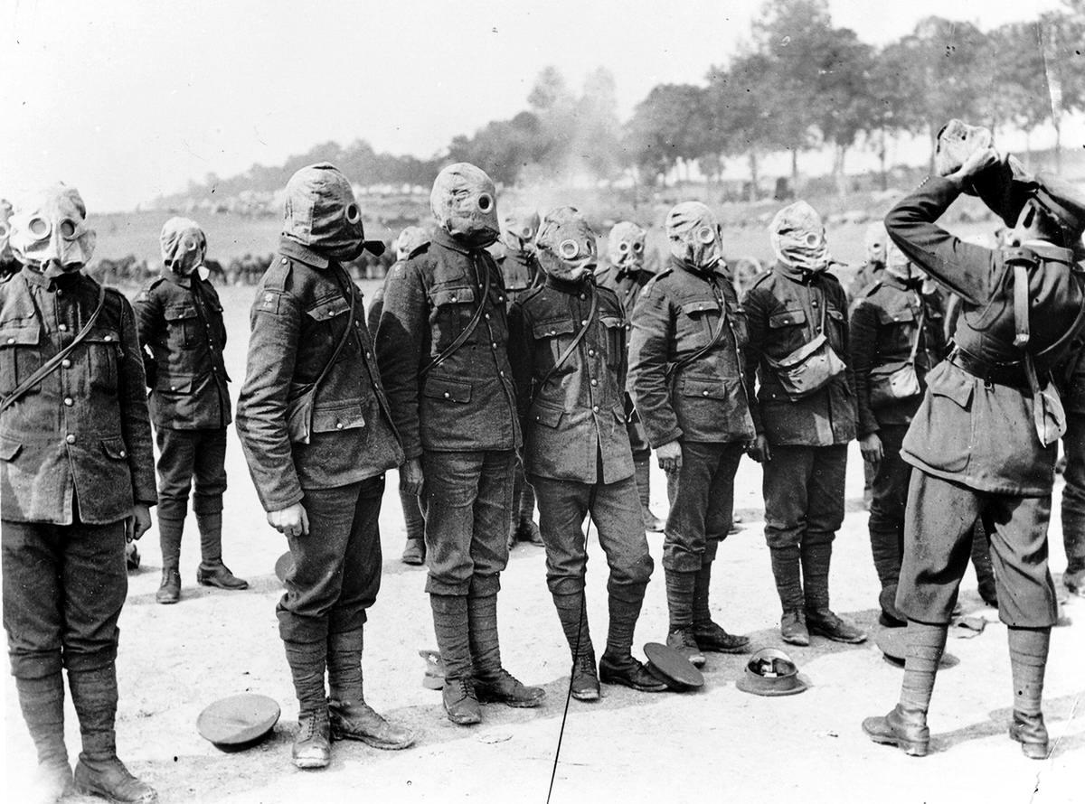 Ирландские солдаты в противогазах на реке Сомме (сентябрь 1916 года) (25)