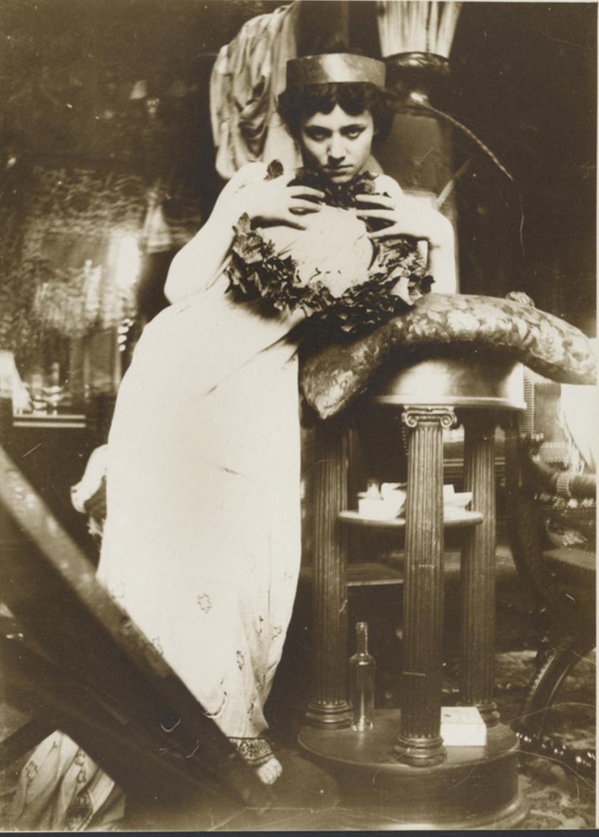1900. Модель с венком  в студии на рю Валь-де-Грас