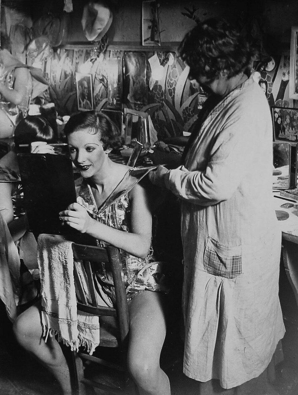1932. Фоли-Бержер. Английская танцовщица в гримерке