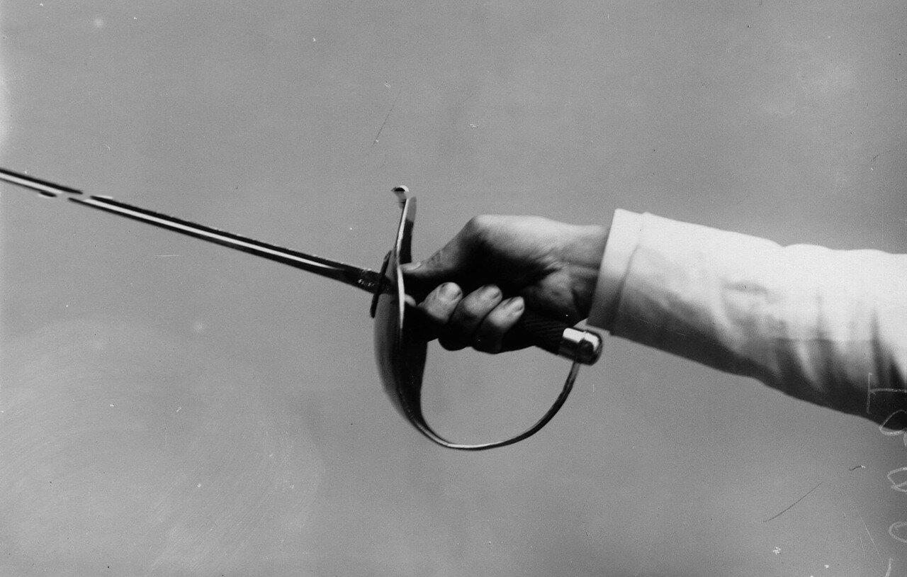 19. Итальянский способ держания рукоятки шпаги всеми пальцами вместе