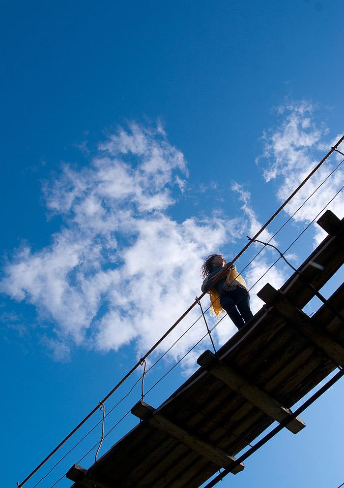 Девушка на подвесном мосту  </p> </div><!-- .entry-content -->  <footer class=