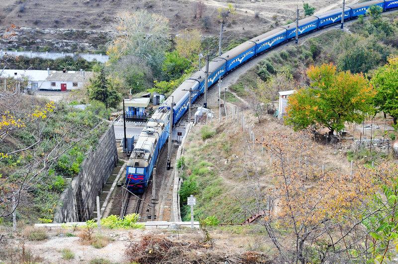 Пассажирский поезд заходит в Троицкий тоннель