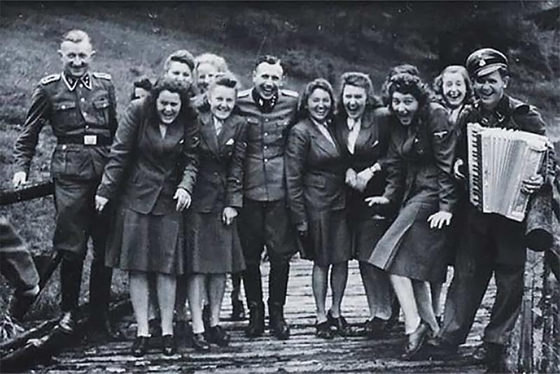 Сотрудники Освенцима в часы законного досуга. Вот так отдыхали и родные Алексу литовские СС, после того что они славно поубивали всех евреев в Литве