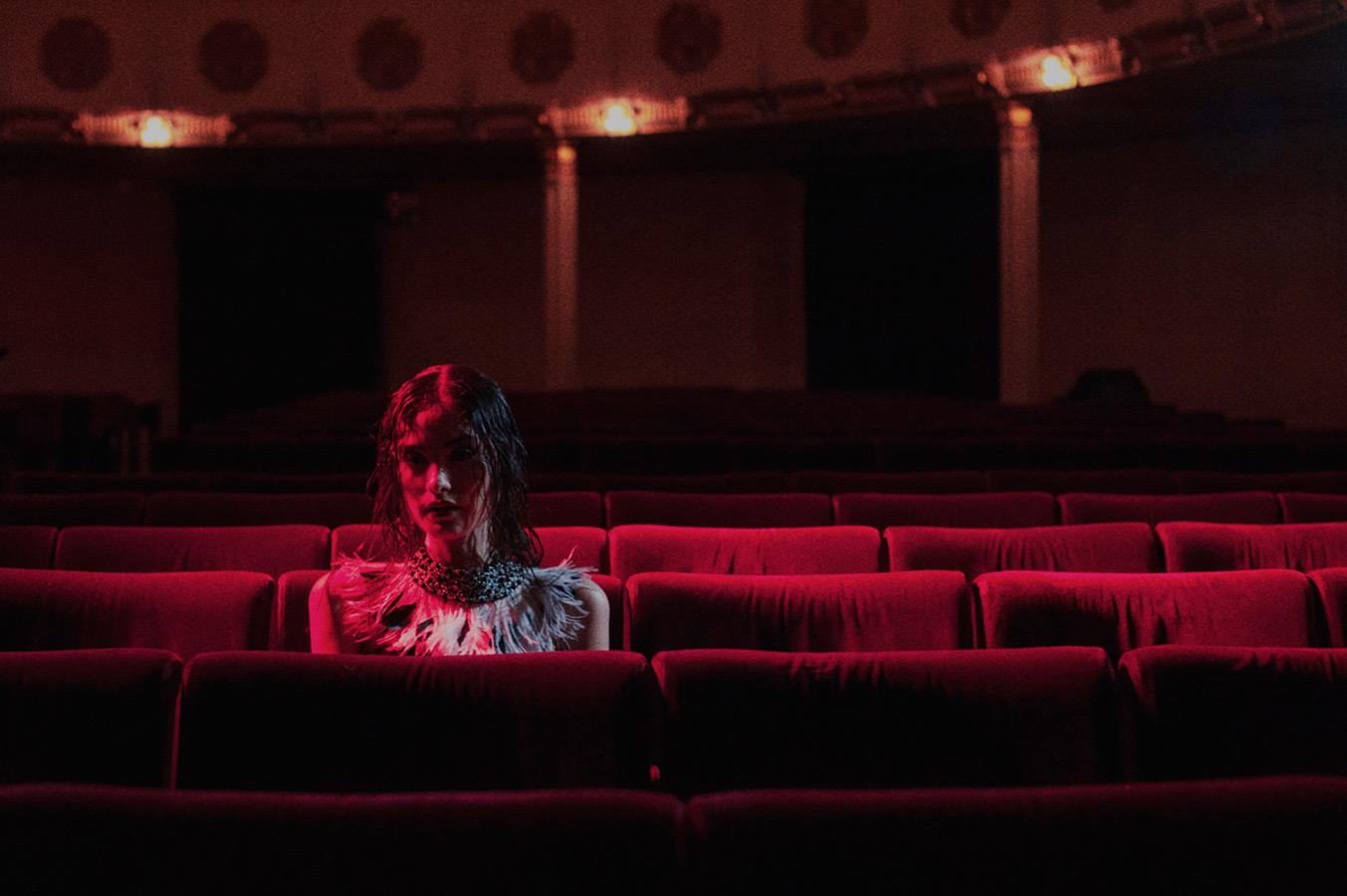 Odna-v-teatre-18-foto