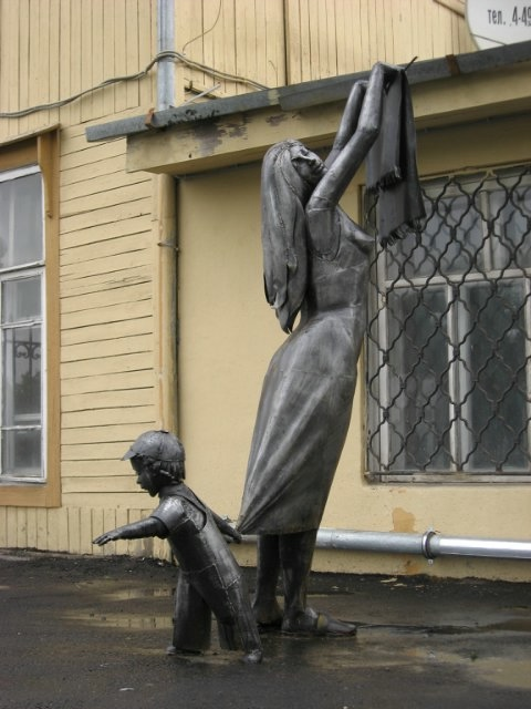 Памятник женщине, развешивающей постиранное (Екатеринбург)
