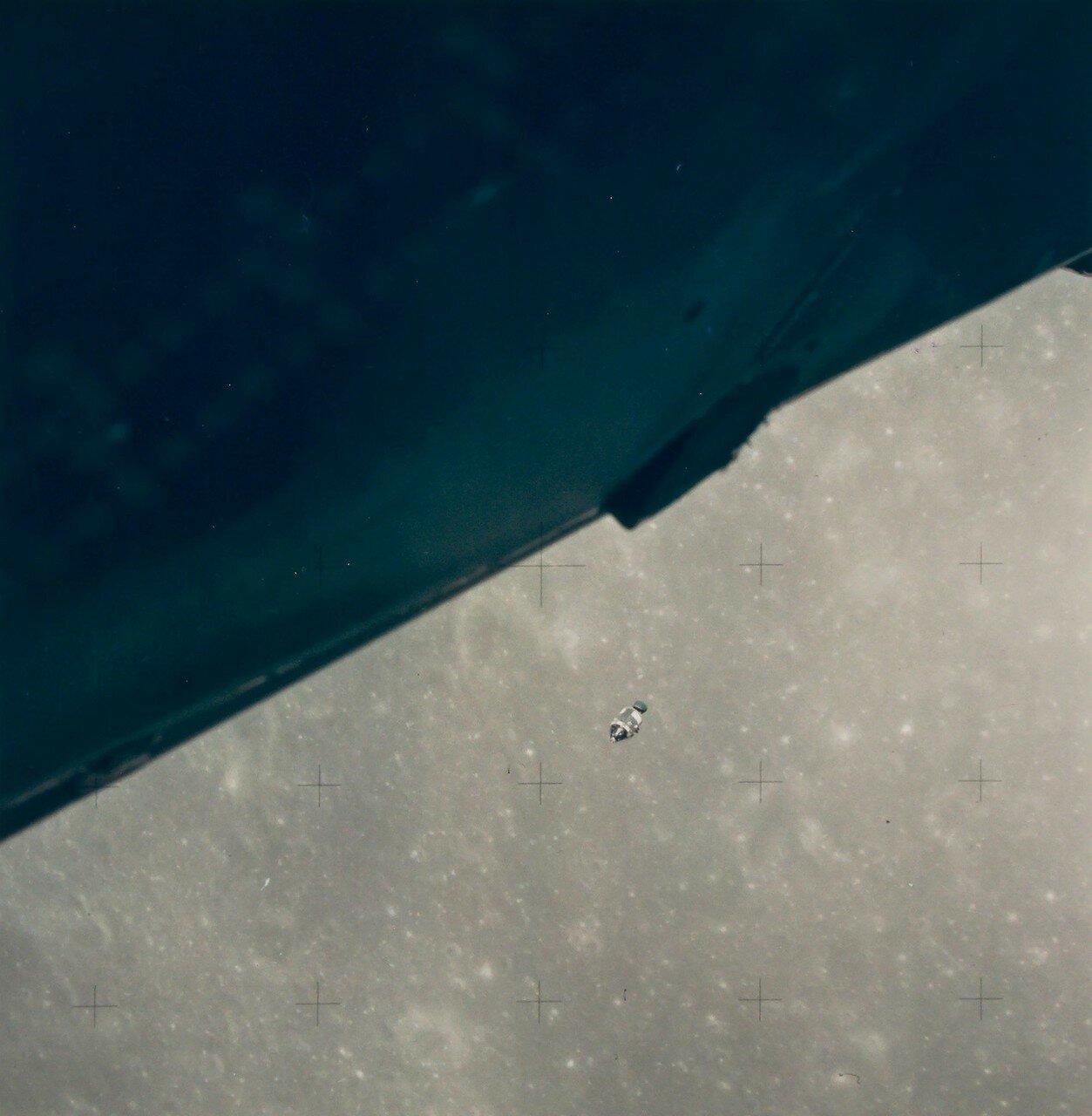 В течение первых двадцати шести секунд полёта лунного модуля Шепард вручную поддерживал тягу двигателя на уровне около 10 %. На снимке: Вид К.М. на лунной орбите из Л.М.