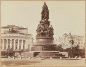 Памятник Екатерине Великой и Александринский театр