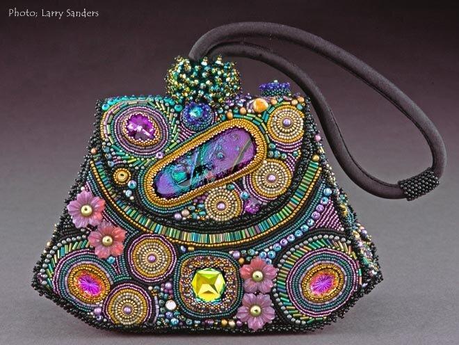 Шерри Серафини дизайнер украшений из бисера.  Ее работы Вы можете встретить во многих бисерных журналах.