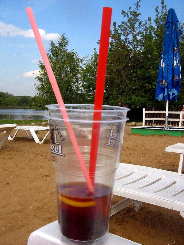 Стакан чая на пляже