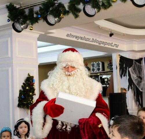 Дед Мороз дарит подарок