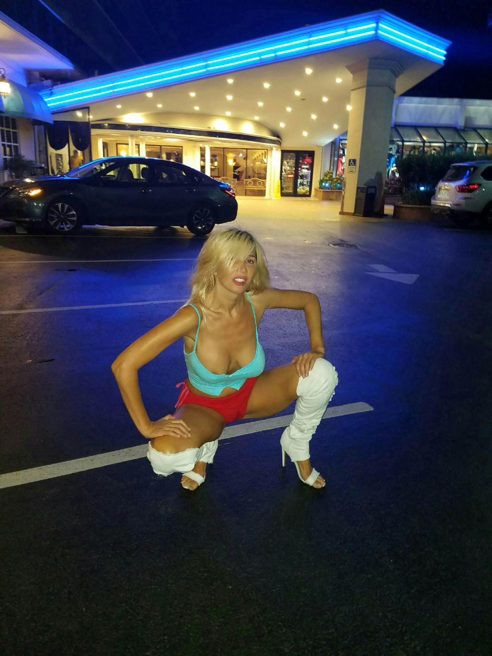 Нади Волянова позирует возле отеля