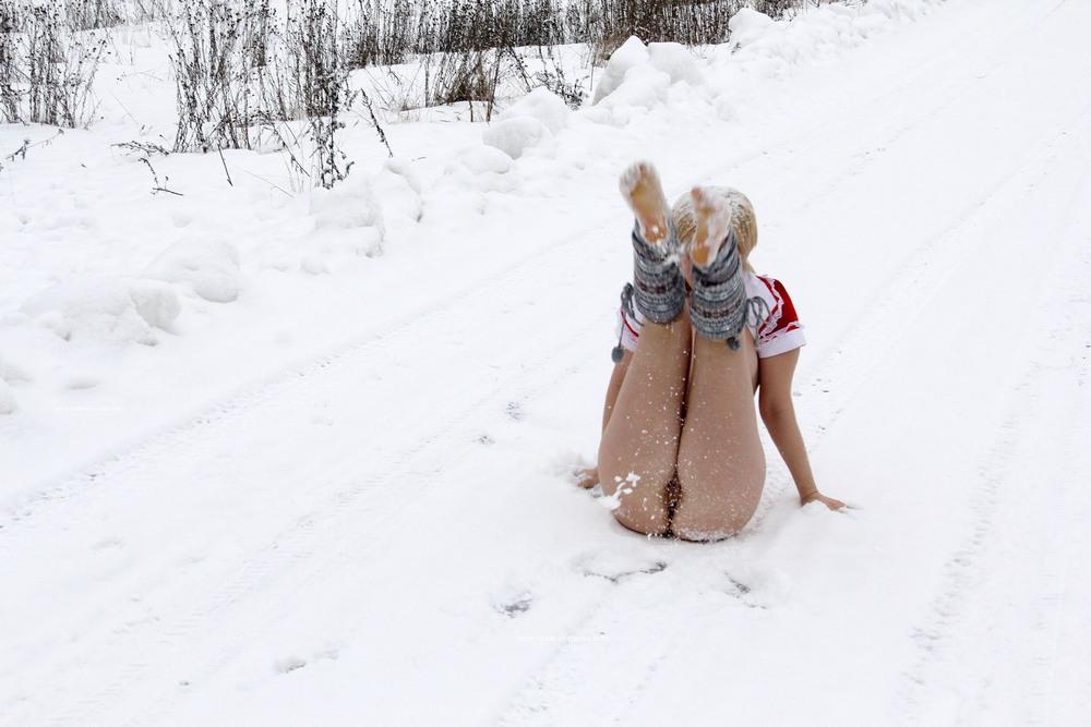 Обнаженная Елена принимает снежный душ