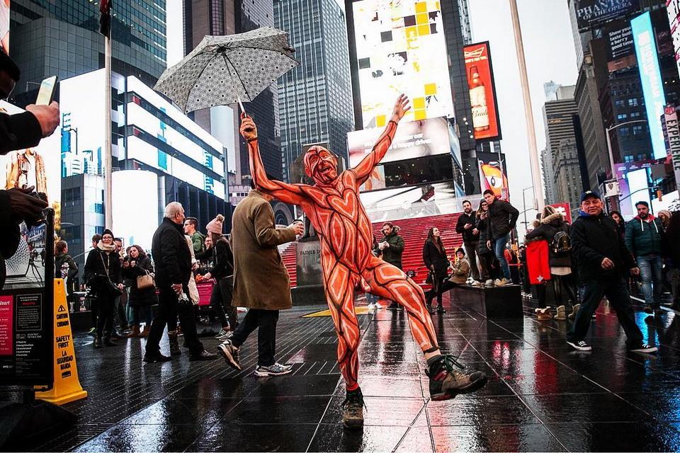 Голые люди на Таймс-сквер НьюЙорке, отважных, направлены, туристов, фотографировались, Подобные, мероприятия, проходят, несколько, против, улыбались, дискриминации, людей, половому, признаку, внешности, политическим, развлекали, дождь, обнаженные
