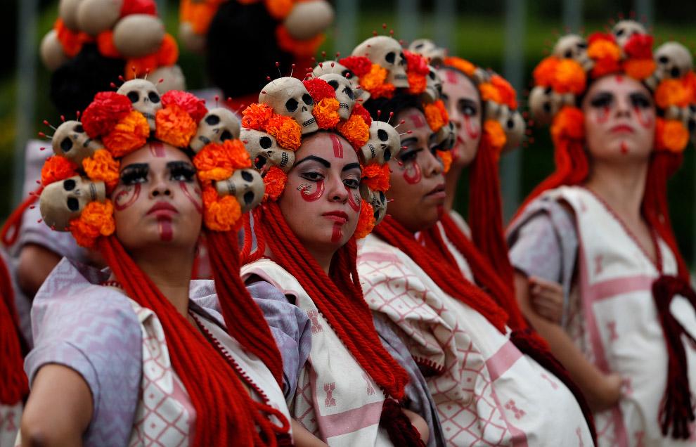 Считается, что 1 и 2 ноября души покойных родственников навещают родной дом. Для них мексиканцы гото