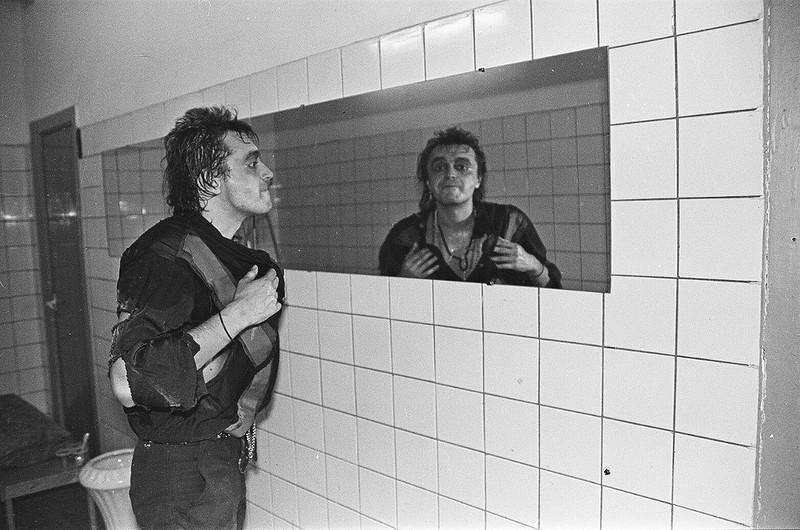Гражданин Панфилов изучает зеркало.